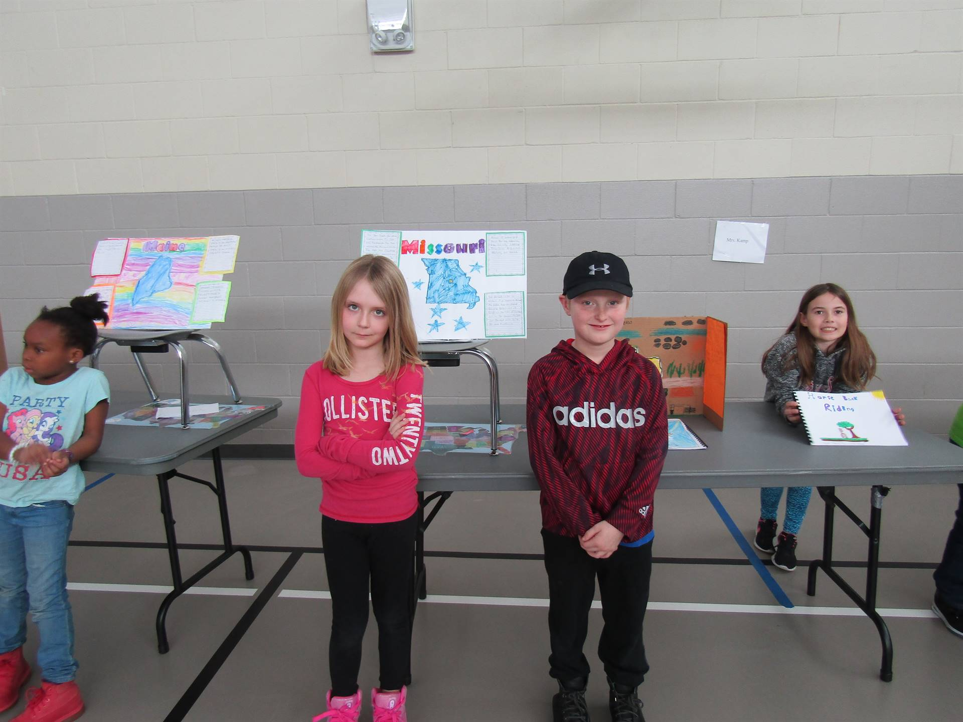 2nd graders displaying information on states