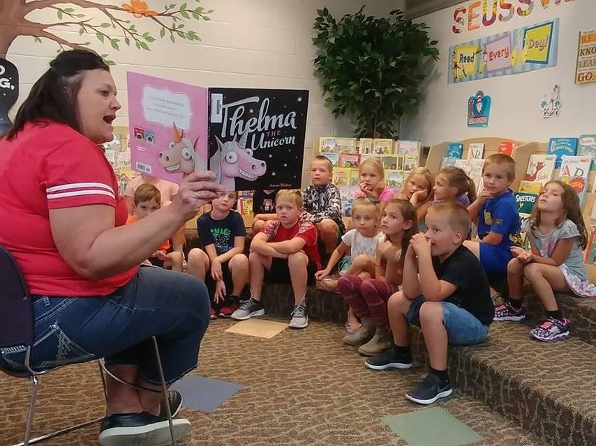 Para Librarian reading to students